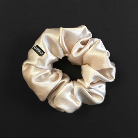Ekrü/elefántcsont selyem hajgumi (scrunchie) prémium minőségű szaténból. Átmérője kb. 12 cm