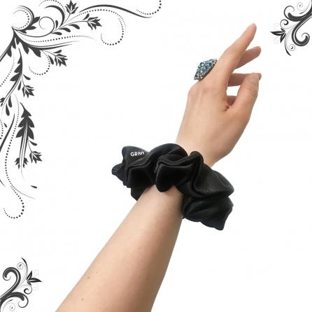 Fekete selyem hajgumi (scrunchie) prémium minőségű szaténból. Átmérője kb. 12 cm