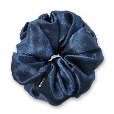 Óriás, sötétkék selyem hajgumi (scrunchie) prémium minőségű szaténból. Átmérője kb. 16-17 cm