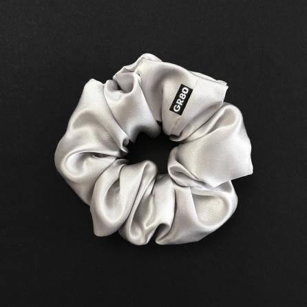 Ezüst/világos selyem hajgumi (scrunchie) prémium minőségű szaténból. Átmérője kb. 12 cm