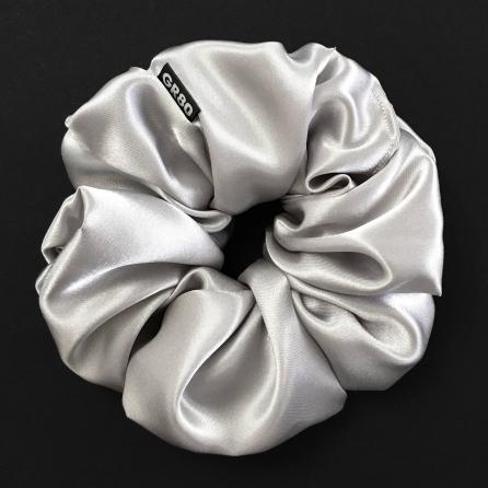 Óriás, ezüst/világos szürke selyem hajgumi (scrunchie) prémium minőségű szaténból. Átmérője kb. 16-17 cm