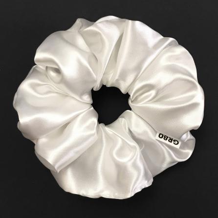 Óriás, gyöngyház fehér selyem hajgumi (scrunchie) prémium minőségű szaténból. Átmérője kb. 16-17 cm