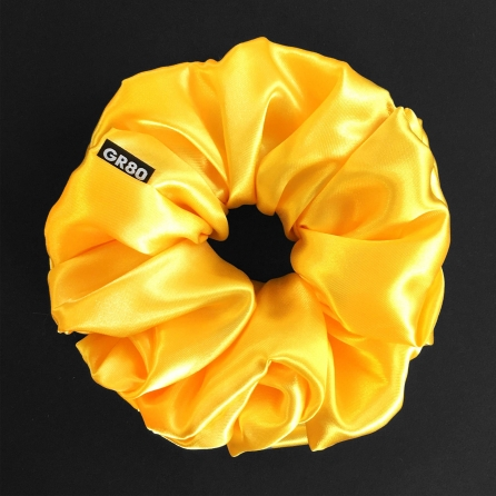 Oversized méretű, prémium minőségű, napsárga színű szatén selyem scrunchie / hajgumi. Átmérője kb. 16-17 cm